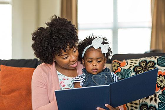 Lectura de madre e hijo