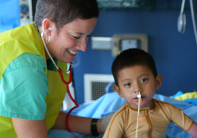 enfermero trabajando con un paciente