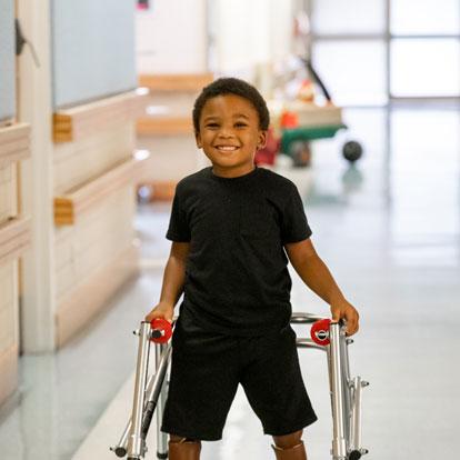 un paciente usando un andador