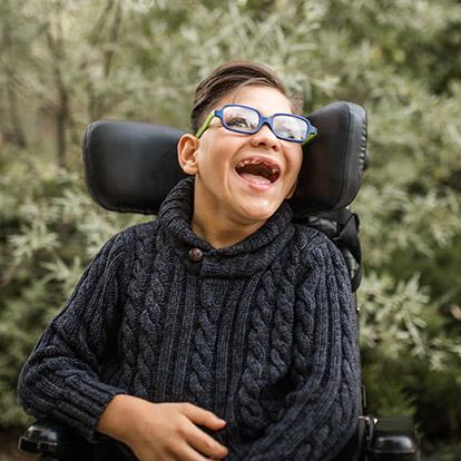 paciente masculino afuera, en silla de ruedas