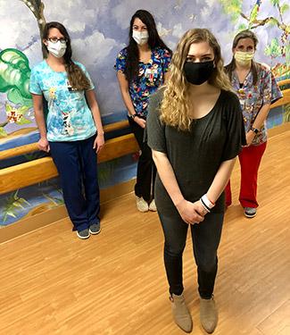 Lorryn parada en el hospital con otras miembros del personal